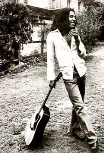 Bob Marley Leaning Guitar Reggae PAPER POSTER measures 36 x 24 inches (91.5 x 61cm) (Bob Marley Guitar)