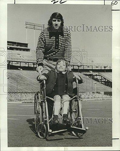 Vintage Photos 1973 Press Photo Saints Quarterback Archie Manning 7-Year-Old Miriam Devlin - 10.25 x 8 in. - Historic Images