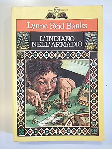 La copertina del libro L'indiano nell'armadio di Lynne Reid Banks. Rappresenta un ragazzo che tocca due figurine in plastica, un indiano e un cowboy, che hanno preso vita.