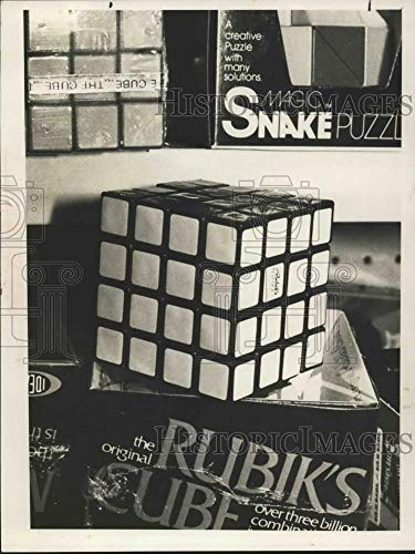 (1982 Press Photo Rubik's Cube puzzle at New York toy store -)