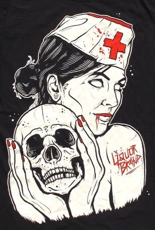 Liquor Brand Vampir Krankenschwester-Schädel in der Hand T-Shirt Trinken Sie Ihr Blut Tätowiert - Offiziell lizenzierte