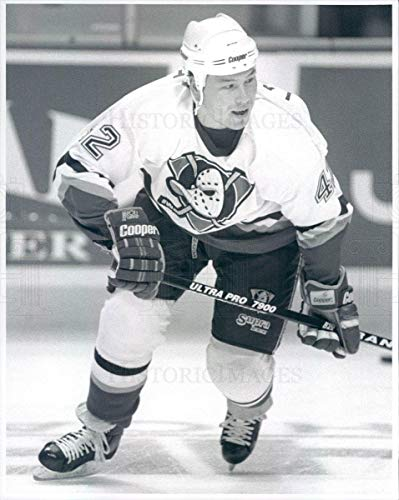 (Historic Images - 1995 Vintage Press Photo NHL Mighty Ducks of Anaheim Left Wing Denny Lambert -)