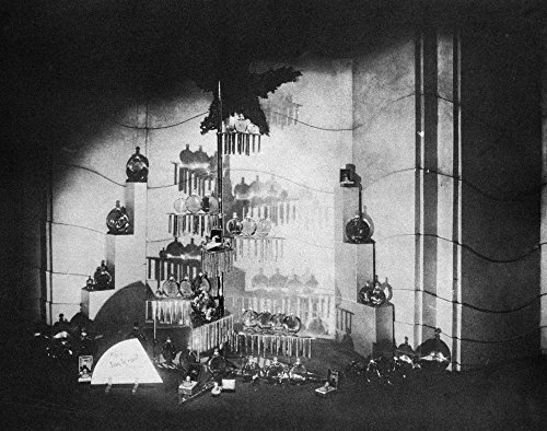 Perfume Display 1929 Nperfume Window Display At The Franklin Simon & Company Department Store At Fifth Avenue And 38Th Street In New York City Designed By Norman Bel Geddes Photographed ()