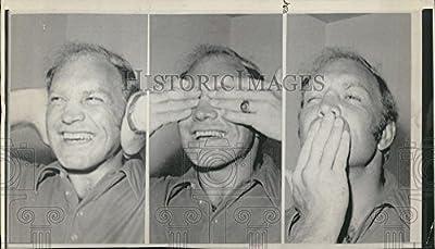 1972 Press Photo Hockey Player Bobby Hull No Hear See Talk Frames Winnipeg Jets