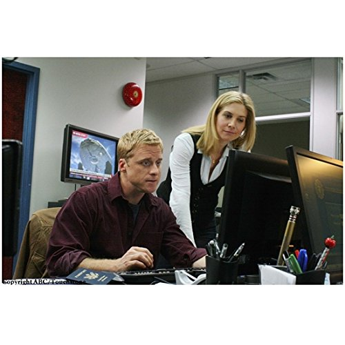 V with Elizabeth Mitchell as Erica Evans with Man by Computers 8 x 10 Inch - Erica Man
