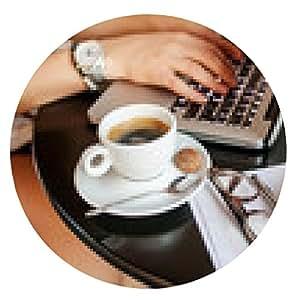alfombrilla de ratón Mujer de negocios joven en café de tomar café con el ordenador portátil - ronda - 20cm