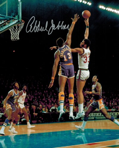 Kareem Abdul-Jabbar Signed Bucks Sky Hook Shot Over Wilt Chamberlain 8x10 Photo (Chamberlain Hook)