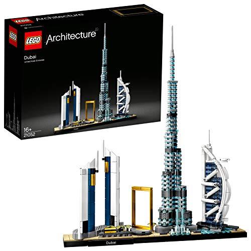 """512pG gmdbL. SS500 Este espectacular set de construcción LEGO Architecture para adultos reúne detalladas maquetas de emblemáticos edificios y lugares representativos de Dubái que inspirarán a todos los admiradores de esta vibrante y moderna ciudad. El Burj Khalifa, las Torres Jumeirah Emirates, el Burj Al Arab Jumeirah, el Marco de Dubái y la Fuente de Dubái aparecen todos recreados en este kit de maquetas arquitectónicas, un encantador recuerdo para cualquier persona que sienta atracción por Dubái. Incluye una base para exponerlas, que lleva una placa con la palabra """"Dubai"""". Descubre curiosidades interesantes sobre Dubái y el diseñador de la maqueta en el folleto (solo en inglés; otros idiomas disponibles en LEGO.com/architecture)."""