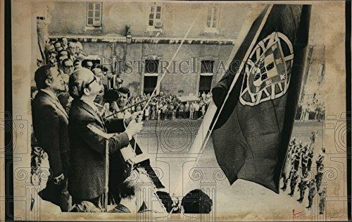 Vintage Photos 1975 Press Photo Pres Francisco Da Costa Gomes Raise Portuguese Flag at Lisbon