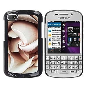 iKiki Tech / Estuche rígido - Petals Light Pink Close Up Blossom - BlackBerry Q10