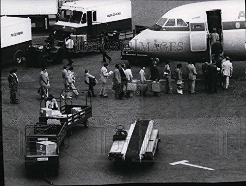 1974 Press Photo Passengers to board jetliner at New York's LaGuardia - Laguardia Airport Images