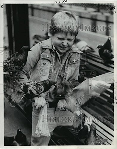 Vintage Photos 1978 Press Photo Mike Rack Feeds The Pigeons at Jackson Square - noa79010-10.25 x 8 in. - Historic Images