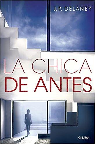 Portada de la novela La chica de antes de J.P. Delaney, donde se ve la silueta de una muchacha en la cristalera de una casa muy amplia, por la que se ve el cielo.