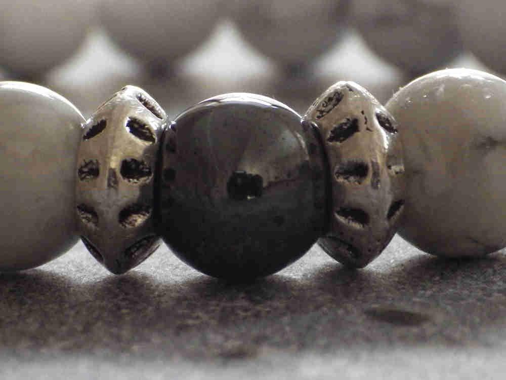 Bracelet Miss Chichi pour femmes en perles de howlite blanche et perle en h/ématite