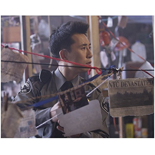 Heroes (TV Series 2006 - 2010) 8x10 Photo James Kyson in Uniform Looking at Hung Up Newspaper Clippings kn