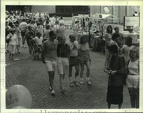 1987 Press Photo Crowd at International Bazaar on South Mall in Albany, New ()