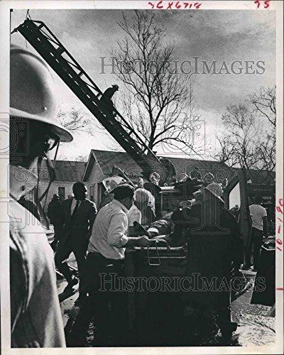 Vintage Photos 1989 Press Photo Houston Fireman Injured When Ladder Collapsed. - hca20662 -