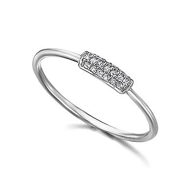 89cb45206d8a Anillo con una pequeña barra con diamantes incrustados con un peso total de  0