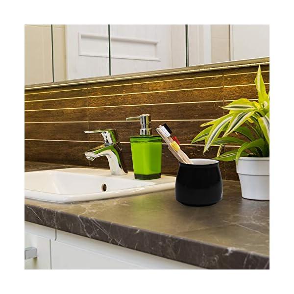 Cepillo de dientes de madera en un precioso cuarto de baño con plantas