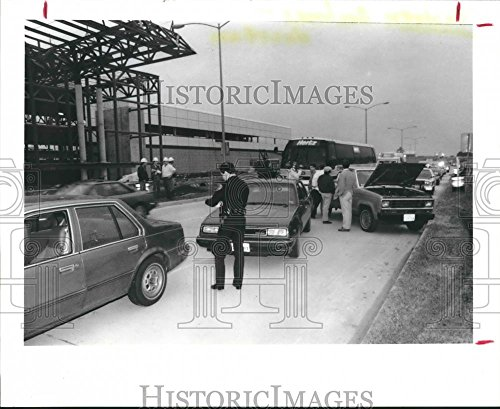 1989 Press Photo Houston Eastern Airlines Officer Writes Tickets At Terminal - Airport Houston Terminal