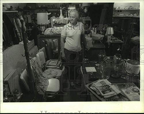 Vintage Photos 1988 Press Photo Barbara Mazur at Bobbies Flea Market in Hudson, New York