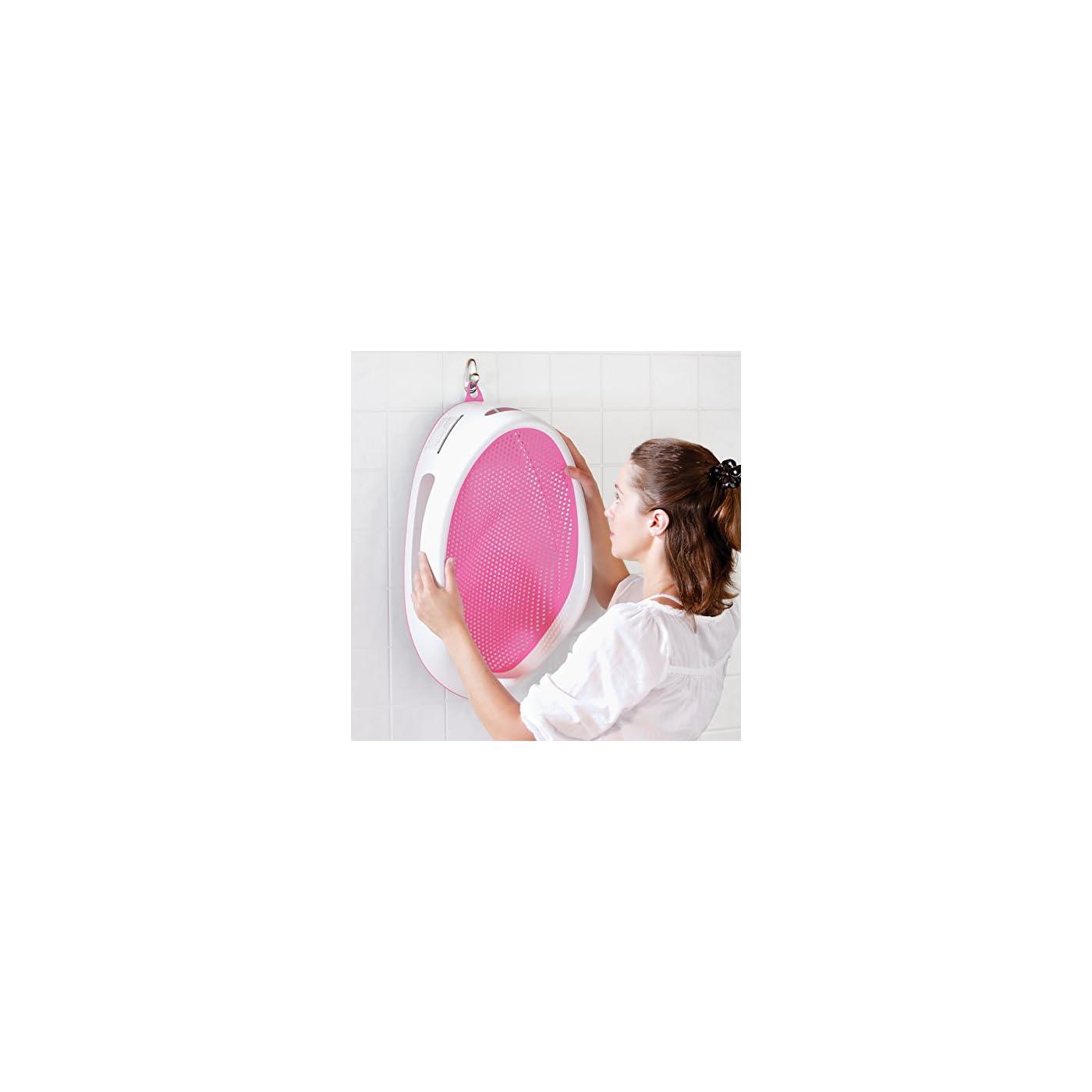 mujer colgando soporte angelcare para baño bebé