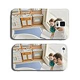 Hmbre y mujer observan catalogo en tienda de muebles cell phone cover case Samsung S5
