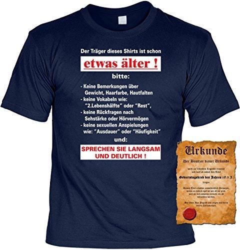 T-Shirt mit Urkunde - Der Träger dieses T-Shirts ist schon etwas Älter - lustiges Sprüche Shirt als Geschenk zum Geburtstag - NEU mit gratis Zertifikat!