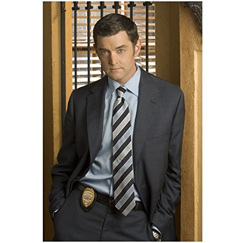 Weapon Starship Troopers (Psych Promo Timothy Omundson As Carlton Lassiter In Suit With Badge 8 x 10 Inch Photo)