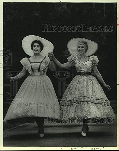 Vintage Photos 1981 Press Photo Mary Metz and Jacqui Brodeur act in Ruddigore Production