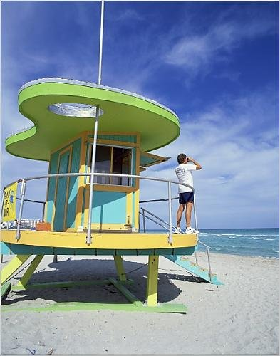de diseño de casetas de con el hombre guardavidas por una al mar con prismáticos,