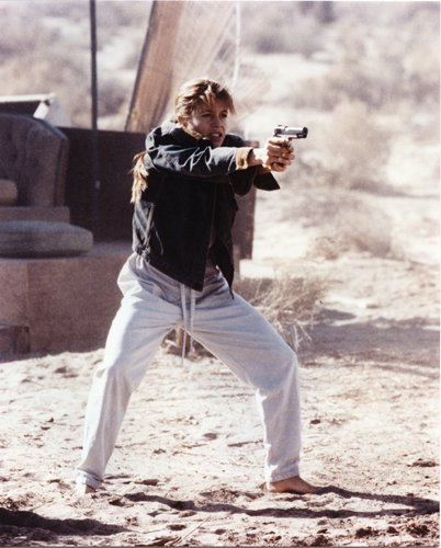 Linda Hamilton 8X10 Photo Holding Gun In Desert The Terminator 2 Judgment Day