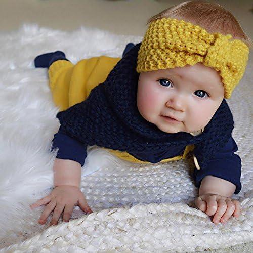 Baby mit gelben Strickstirnband