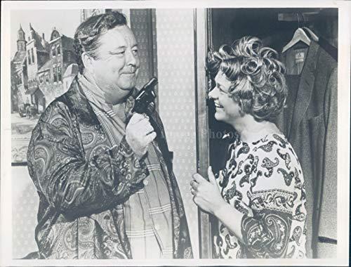 Vintage Photos 1976 Photo Jackie Gleason Celebrity Actor Comedian Estelle Parsons Gun TV 7x9