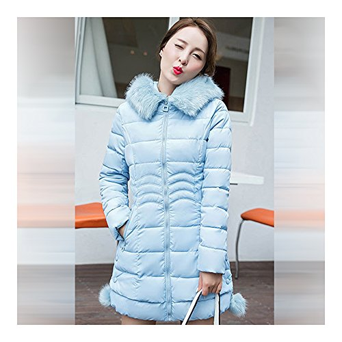 Blouson de duvet d'hiver de femme avec des ride sur les reins et un chapeau qui a une bande latérale piolue bleu clair