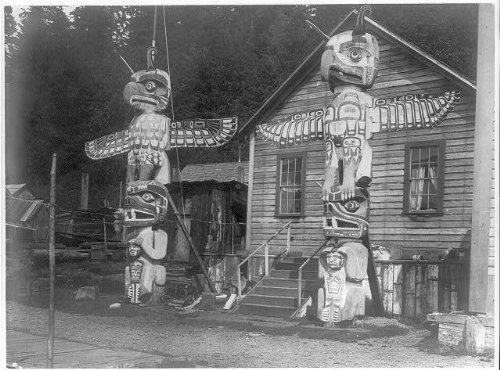 photo-carved-posts-alert-bayc1914edward-s-curtistotem-polesnimkish-village-yilis