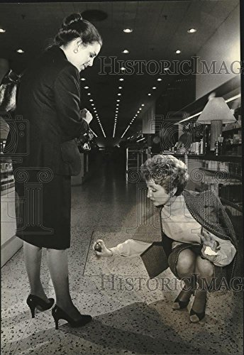 1980 Press Photo Marilyn Miglin and Ann Halloran, Mayfair Mall, - Mayfair Mall