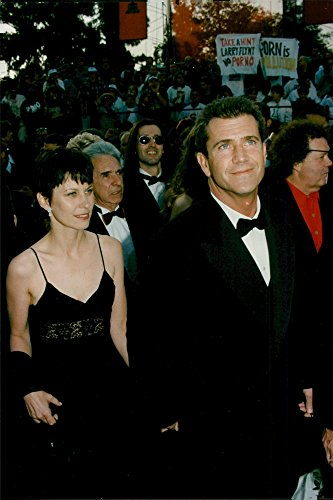 Old-fogyish photo of Mel Gibson and his then wife Robyn Moore arrive at the Oscars Gala.
