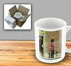 Impreso Banksy Taza–guardia británico Peeing contra la pared