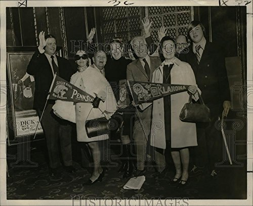 Vintage Photos Historic Images 1972 Press Photo Sugar Bowl - Allen Mattingly Travel Agency Tour Arrives - 8 x 10 -