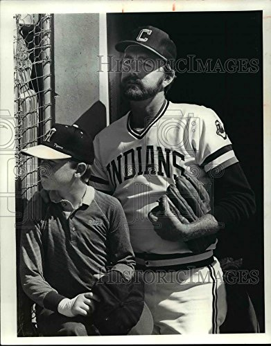 1981 Press Photo Cleveland Indians pitcher Bert Blyleven with his son Todd Cleveland Indians Pitcher