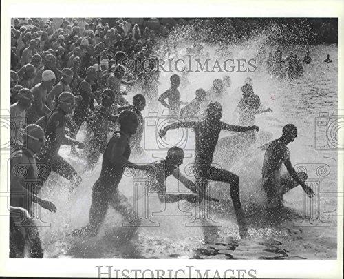 1991 Press Photo Athletes rush into the water of Coeur d'Alene triathlon - Triathlon Coeur