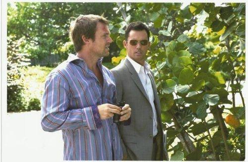 Jeffrey Donovan as Michael Westen 8x10 Photo Burn Notice Michael Shanks walking (Michael Von Burn Notice)
