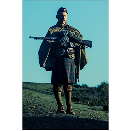 Ewen Bremner 8 inch x 10 inch Photograph Wonder Woman (2017) Holding Rifle in Arms Wearing Kilt kn