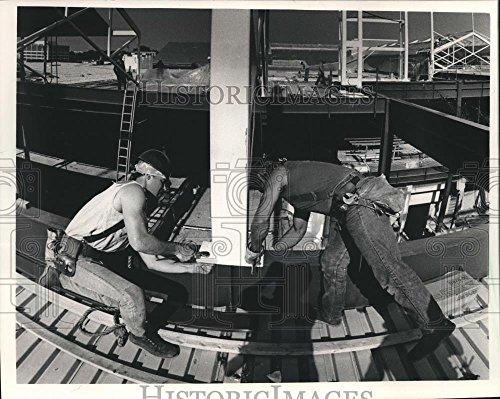 1986 Press Photo Mayfair Mall, ironworkers bolt a intermediate truss into - Mall Mayfair