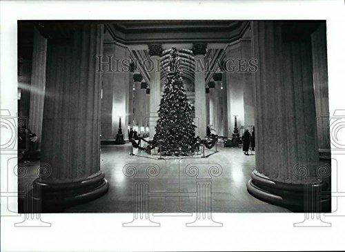 1991 Press Photo Huntington Bank Christmas Tree In The Middle Of The Lobby