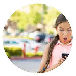 alfombrilla de ratón Sorprendida mensajes de texto niño en el teléfono inteligente, el fondo móvil, fuera - ronda - 20cm
