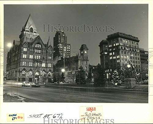 1988 Press Photo Street View of Christmas Lights at Clinton Square in Syracuse (Christmas Syracuse Lights)