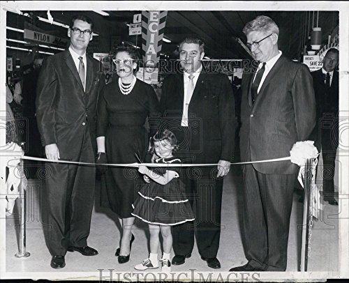 1961 Press Photo Little Kathallen Gannon Cuts Ribbon New Kresge Store - Stores Braintree