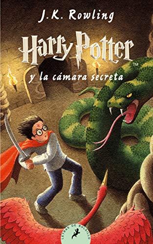 """518zY3lpgdL Harry Potter y la cámara secreta, el segundo volumen de la ya clásica serie de novelas fantásticas de la autora británica J.K. Rowling. «Hay una conspiración, Harry Potter. Una conspiración para hacer que este año sucedan las cosas más terribles en el Colegio Hogwarts de Magia y Hechicería.» El verano de Harry Potter ha incluido el peor cumpleaños de su vida, las funestas advertencias de un elfo doméstico llamado Dobby y el rescate de casa de los Dursley protagonizado por su amigo Ron Weasley al volante de un coche mágico volador. De vuelta en el Colegio Hogwarts de Magia y Hechicería, donde va a empezar su segundo curso, Harry oye unos extraños susurros que resuenan por los pasillos vacíos. Y entonces empiezan los ataques y varios alumnos aparecen petrificados... Por lo visto, las siniestras predicciones de Dobby se están cumpliendo.... Tras su publicación, la crítica dijo...«Creo sinceramente que todos los aficionados a la fantasía deberían precipitarse hacia la librería más cercana en busca de su Harry Potter.»Pau Joan Hernàndez, Avui «No parece muy arriesgado recurrir al tópico para afirmar que el libro de Rowling marcará un antes y un después en la literatura fantástica europea.»Eva Piquer, El Periódico «Quédense con este nombre: Harry Potter. Pertenece a un niño de 10 años, desgarbado y con gafas e identificable por una cicatriz con forma de rayo en la frente... Tan solo hay que añadir que estamos ante uno de esos libros que cuando un padre se lo lee a un hijo, éste ha de recordarle que, por favor, lo haga en voz alta.»Luis Conde-Salazar, El Mundo «Harry Potter y la cámara secreta es el segundo libro de la serie de Joanne Rowling y, al contrario de muchas otras """"segundas partes"""", es tan bueno como el libro anterior.»The Times Literary Supplement"""